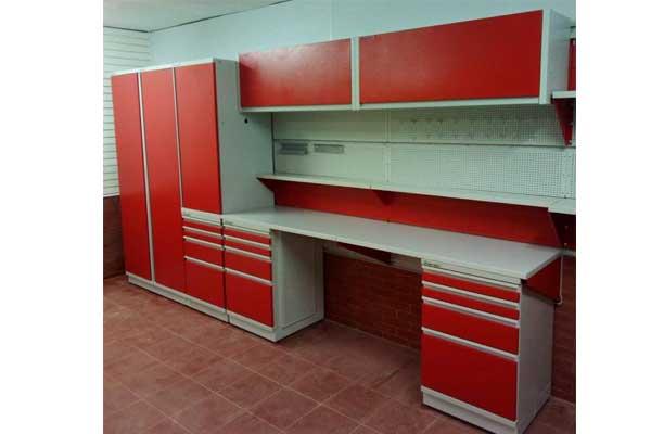 гараж со шкафами и большим верстаком