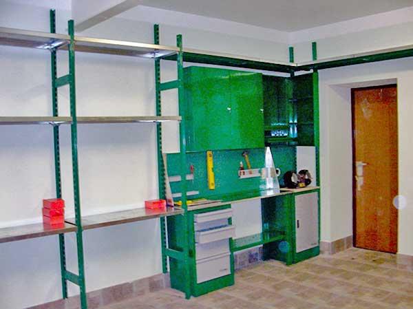 Двухтумбовый верстак с навесными шкафами